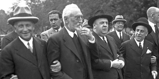 De izquierda a derecha. El ministro de Trabajo, Largo Caballero, Unamuno y el titular de Hacienda, Indalecio Prieto, durante la manifestación del Primero de Mayo de 1931
