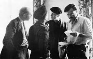 Ernest Hemingway (derecha) con John Dos Passos (izquierda), Joris Ivens (de espaldas), y Sidney Franklin en Madrid durante la Guerra Civil.