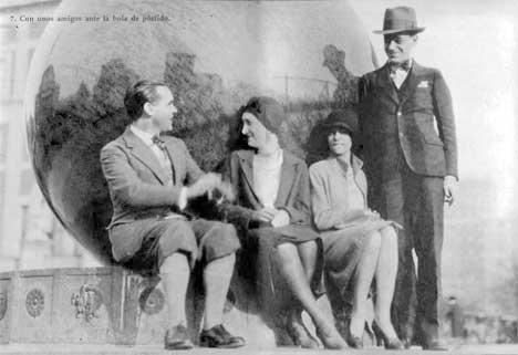 Lorca con Antonia Rivas Blair y unos amigos sin identificar ante la bola
