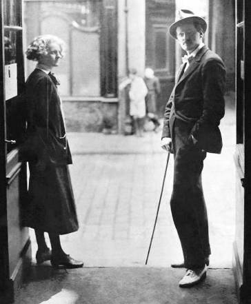 "Paris, 1920. James Joyce junto a la editora Sylvia Beach. afuera de la librería ""Shakespeare and Company"" en Rue de l'Odeon."